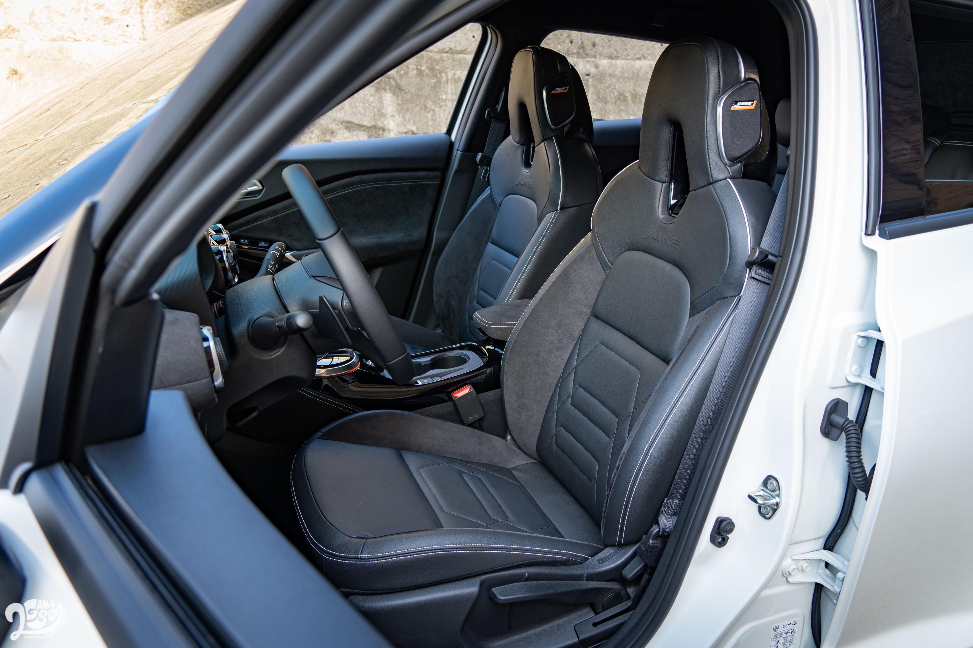 一體成型的跑車化座椅附駕駛座六向調整功能。