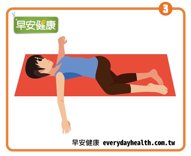 躺著張開雙腿畫圓鍛鍊臀腿腹肌肉