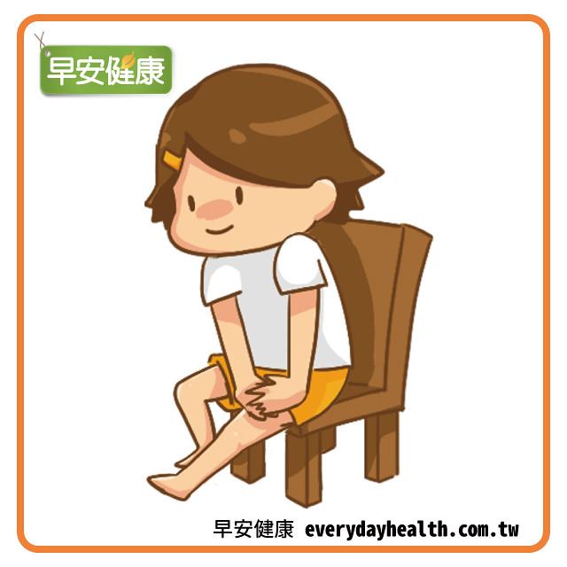 坐著壓腿伸展腿後肌肉
