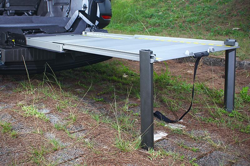 LUXGEN還附上了桌腳套件,讓斜坡板得以架出一張大大的長桌來。