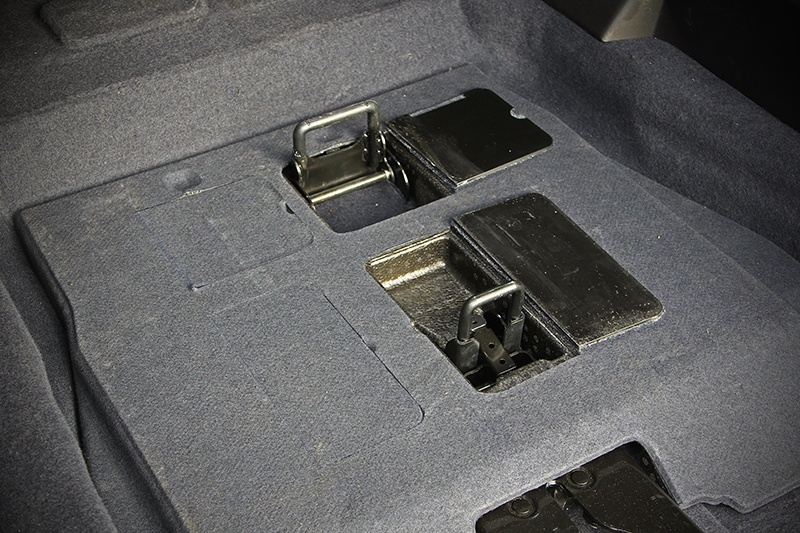 將原本平整化的固定釦蓋板開啟並拉出固定釦,椅腳便能輕鬆卡進底板裡,操作並不費多大力氣。