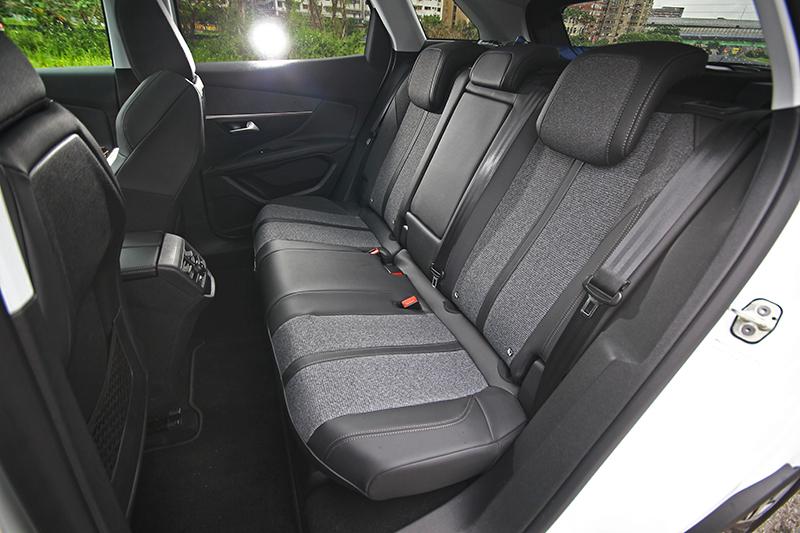 不僅行駛時舒適度絕佳,後座空間以及座椅設定也同樣讓人滿意。