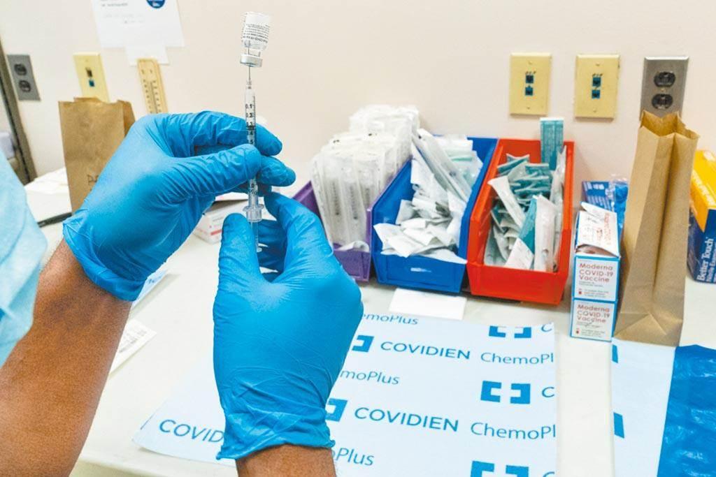 各國陸續開打新冠肺炎疫苗,我國也取得疫苗即將配送來台,外界好奇之後的疫苗要在哪裡開打,中央流行疫情指揮中心指揮官陳時中表示,疫苗保存方式有3種,並指從衛生所到區域型以上醫院都有施打有可能。(美聯社資料照)