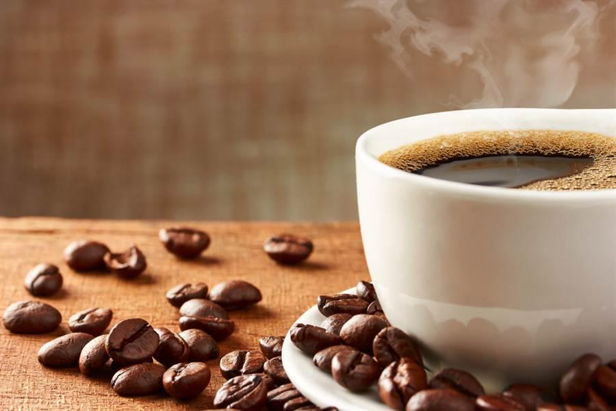 有實驗證實,早餐喝黑咖啡配上一根香蕉,能有效燃脂又幫助排便。(圖/達志影像)