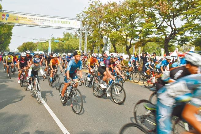 110全中運自由車公路賽27日在雲林登場,從斗六人文公園出發,再從古坑華山騎到樟湖,來自全台285名選手競騎。(周麗蘭攝)