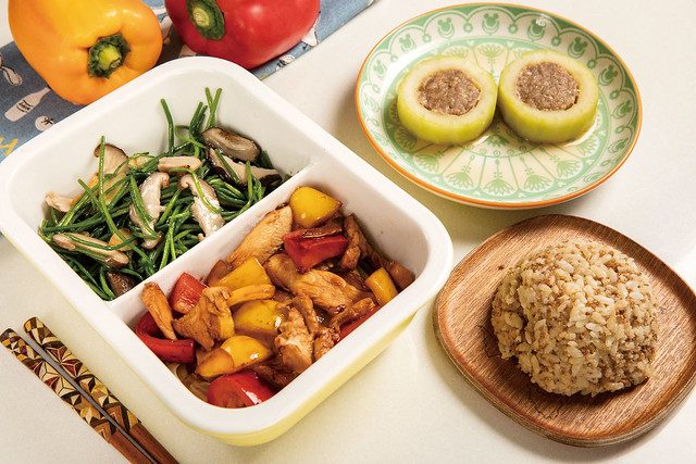大黃瓜鑲肉佐彩椒炒雞片、香菇炒水蓮