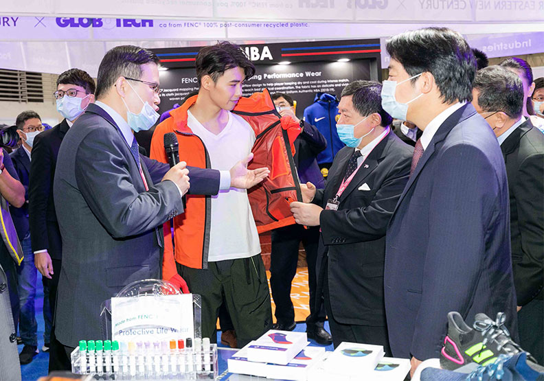 遠東新董事長徐旭東與副總統賴清德,一同參觀Pro-Life Wear展示。遠東新世紀提供