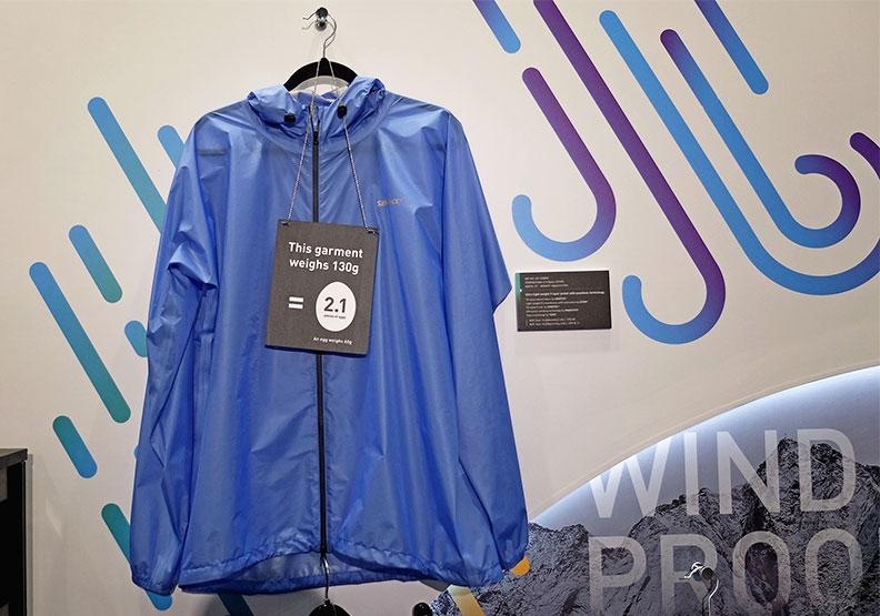 興采與關係企業聚紡合作推出超輕量外套,可用於後疫情登山、外出使用。王昱翔攝