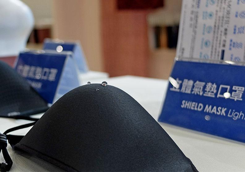 儒鴻推出的機能布口罩,表層面料具撥水功能,可防止液體滲入。王昱翔攝