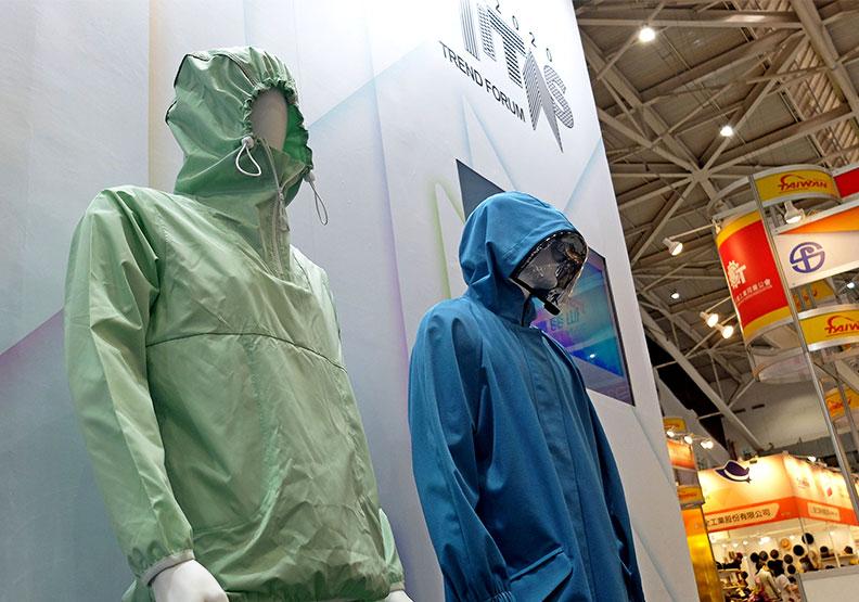 南緯(左)設計居家色調防護衣;南亞塑膠(右)推出長版時尚防護服。王昱翔攝