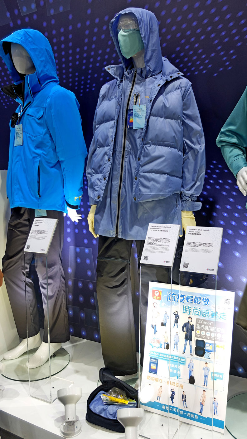 福懋設計防疫包,可將模特兒(中)身上的風衣、護目鏡、口罩、手套、酒精噴灌,全都收納於單一提袋。王昱翔攝
