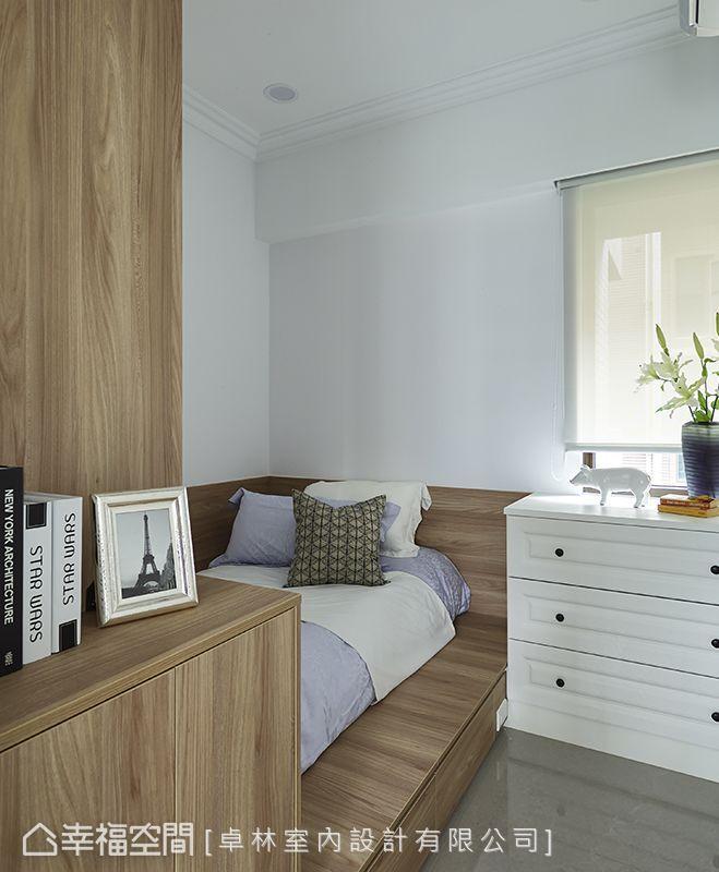 林繹寬設計師直接以木作床框,讓小坪數的客房瞬時大大降低壓迫感,以木質鋪陳,溫馨舒適,自在作客。