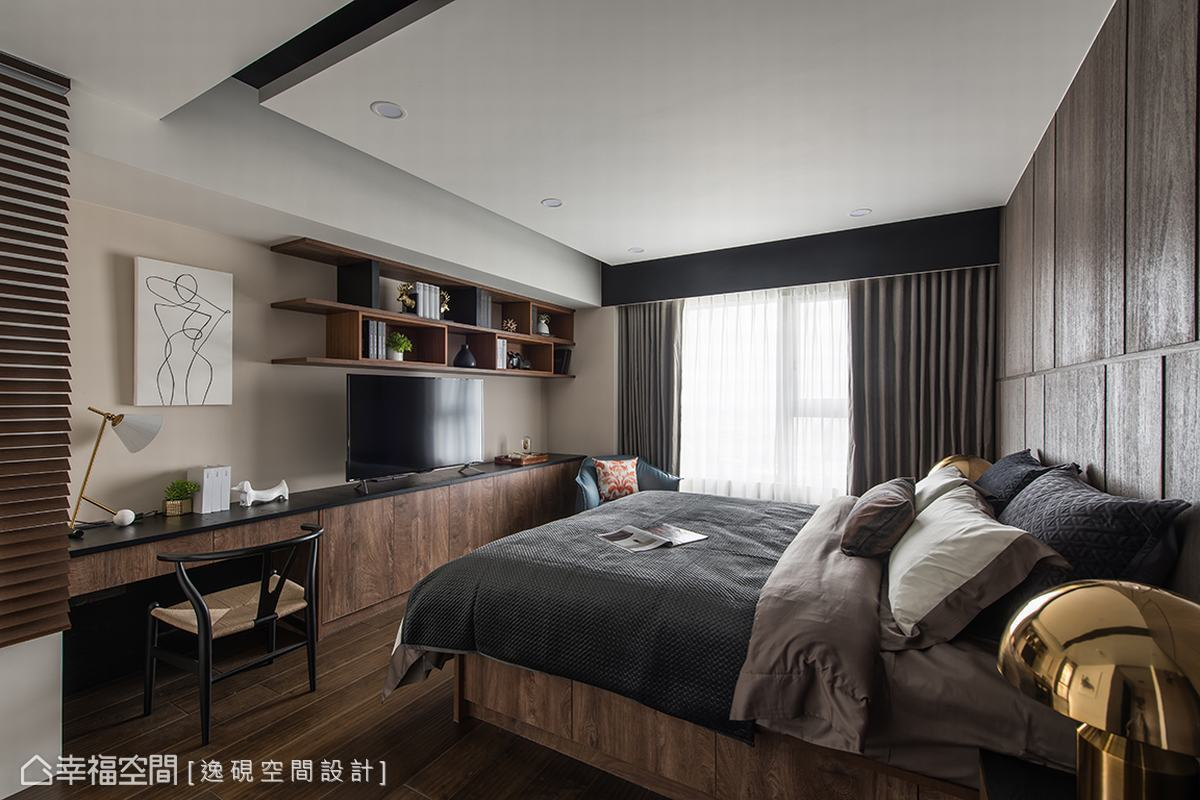 以大量的深色木質色系鋪陳主臥空間,營造出內斂沉穩氛圍,俐落線條切割床頭主牆與現代感十足的對牆層架,讓空間不顯沉悶老氣。