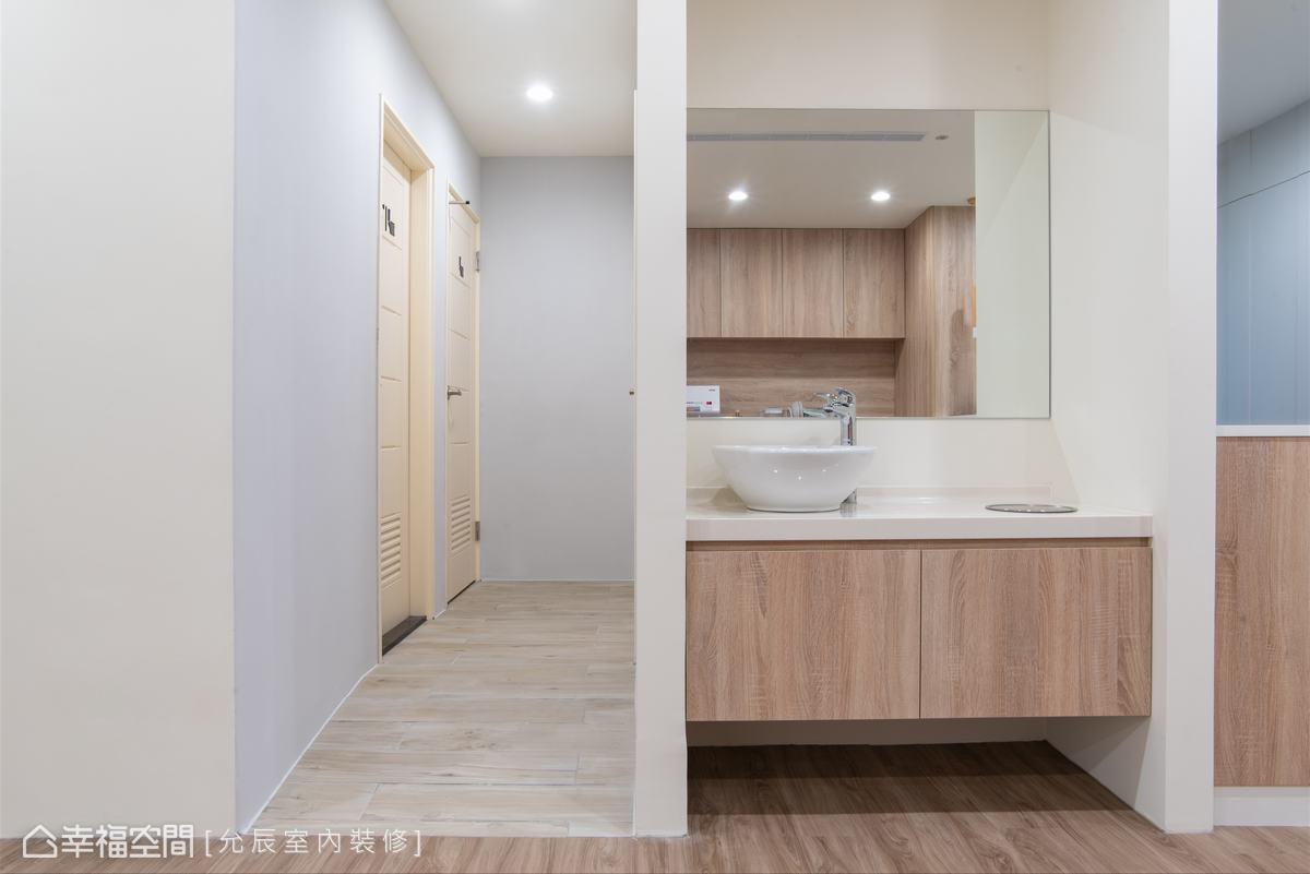 延續前台的溫潤原木色系及白色牆面,打造恬靜、雅緻的梳洗空間。