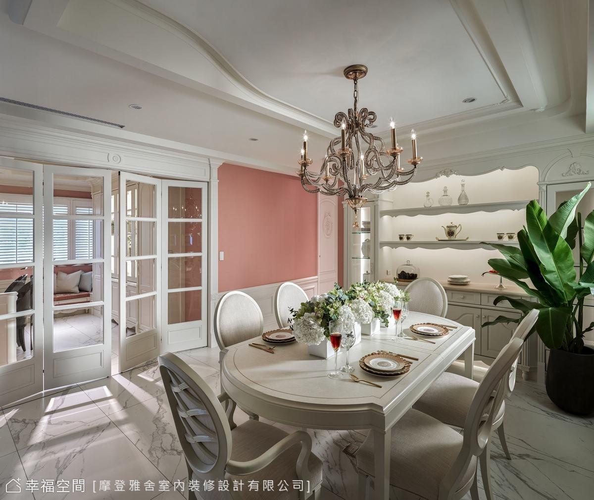 運用流暢的弧線造型隱匿梁柱,更順勢裝設壁嵌式冷氣,發揮最佳冷房效益。大面展示櫃陳列媽媽的珍藏品,彰顯卓越的個人品味。