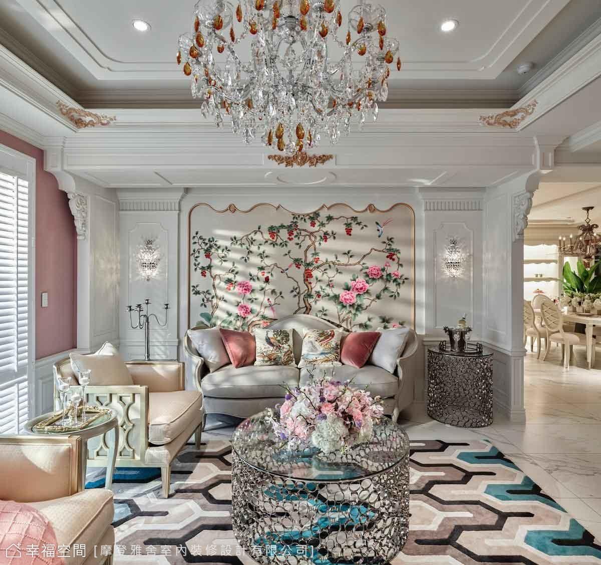 沙發上方大梁藉由層次堆疊及雕花美化藏匿於為無形,兩側以古典歐式木工手工雕刻裝飾,搭配旺來招財水晶燈聚財。