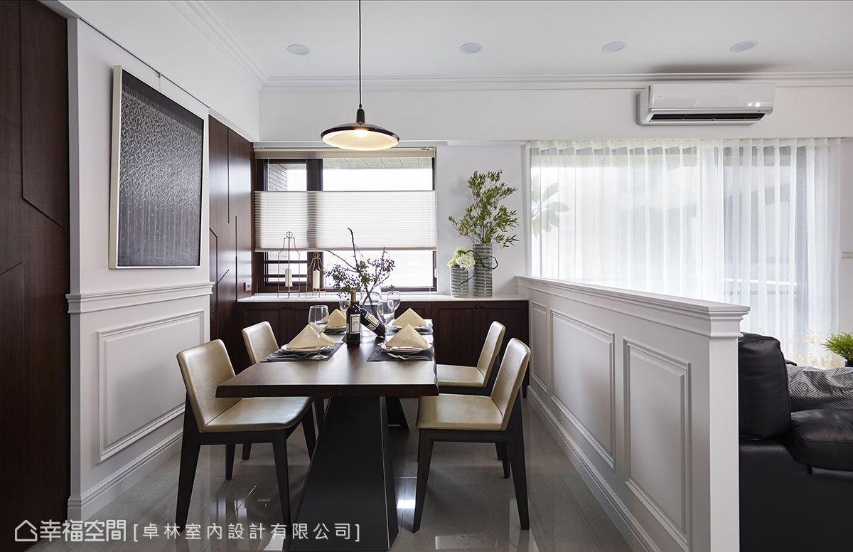 沒有過多框體打亂用餐寧靜,而以簡約吊燈、畫作、窗飾和深色充滿厚實感的餐桌,營造出寧靜的用餐氛圍。
