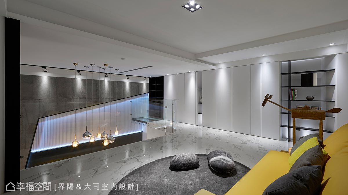 白色立面完美隱藏消防、開關箱及各式置物櫃,也將一致的簡約設計感往上延伸。