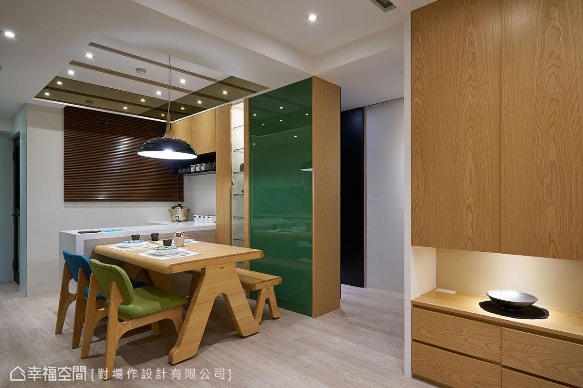 跳色處理的烤漆玻璃牆,餐桌面可隨手張貼筆記、塗鴉,而背向處則可收納衛浴相關備品。