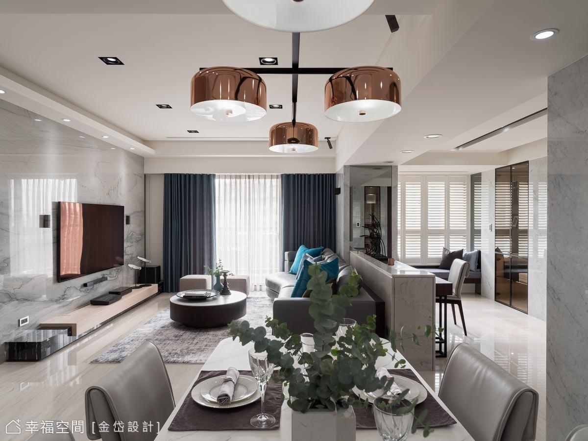 藉由材質轉換、機能家具及低矮牆面界定場域,維繫寬廣明亮的清爽視野。