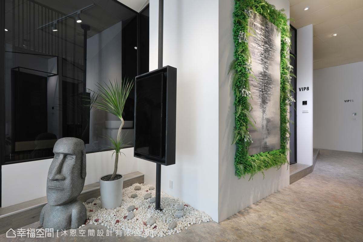 運用不規則廊道的一處角落,設置螢幕與造景,創造動線上的停頓點。
