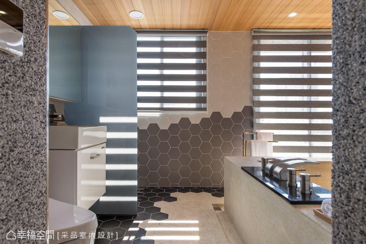 設計師盧慧珊於地坪鋪入觸感舒服並防滑的抿石子,再銜接六角磁磚,以黑灰白色調漸層,一路蔓延至壁面,堆疊視覺上的趣味與變化。