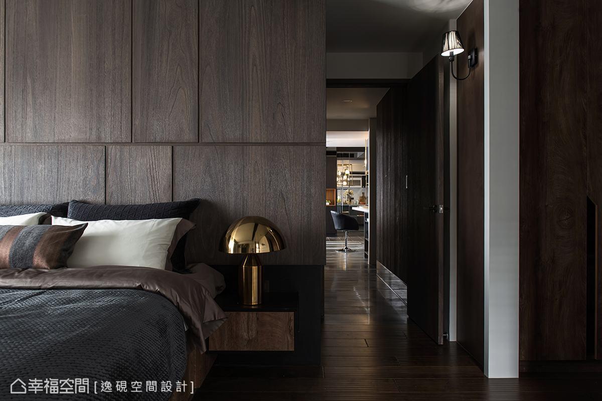 銜接公私領域的廊道以木質立面鋪陳,下方獨特的鏡面踢腳板輕盈了牆面,交織出俐落公領域與溫潤私領域完美過渡,也虛化架高的客浴入口。