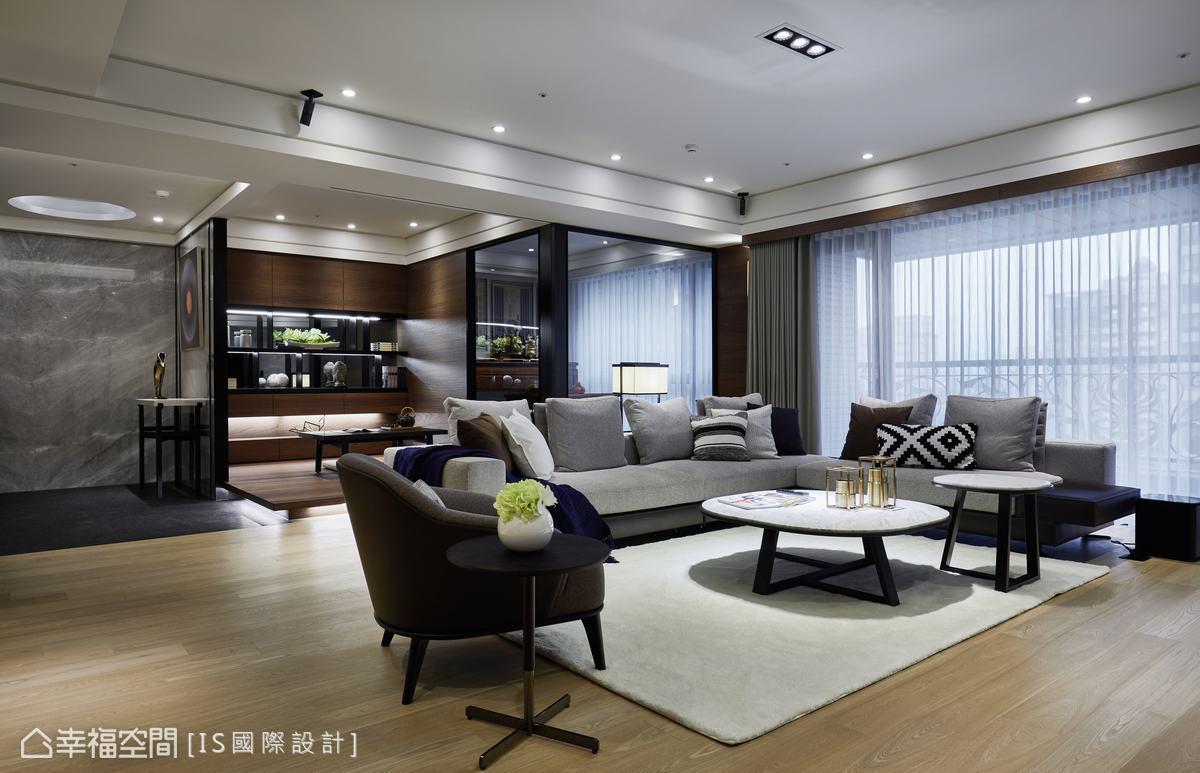 起居室與佛堂規劃於同一直線,運用穿透玻璃拉門設計,因應使用需求而彈性滑動,放大空間視感。