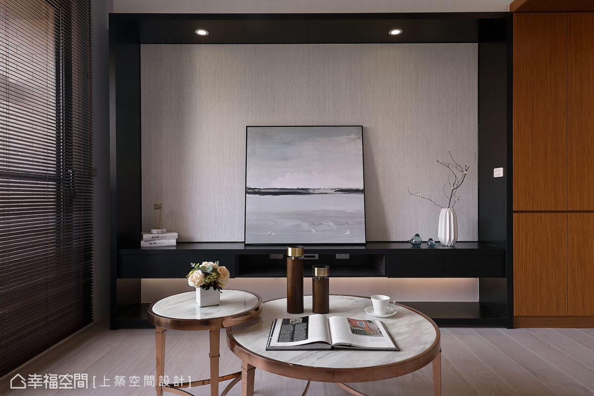 屋主喜愛的黑色,成為家庭重點的電視櫃色調,藉以帶出沈穩簡約風格。