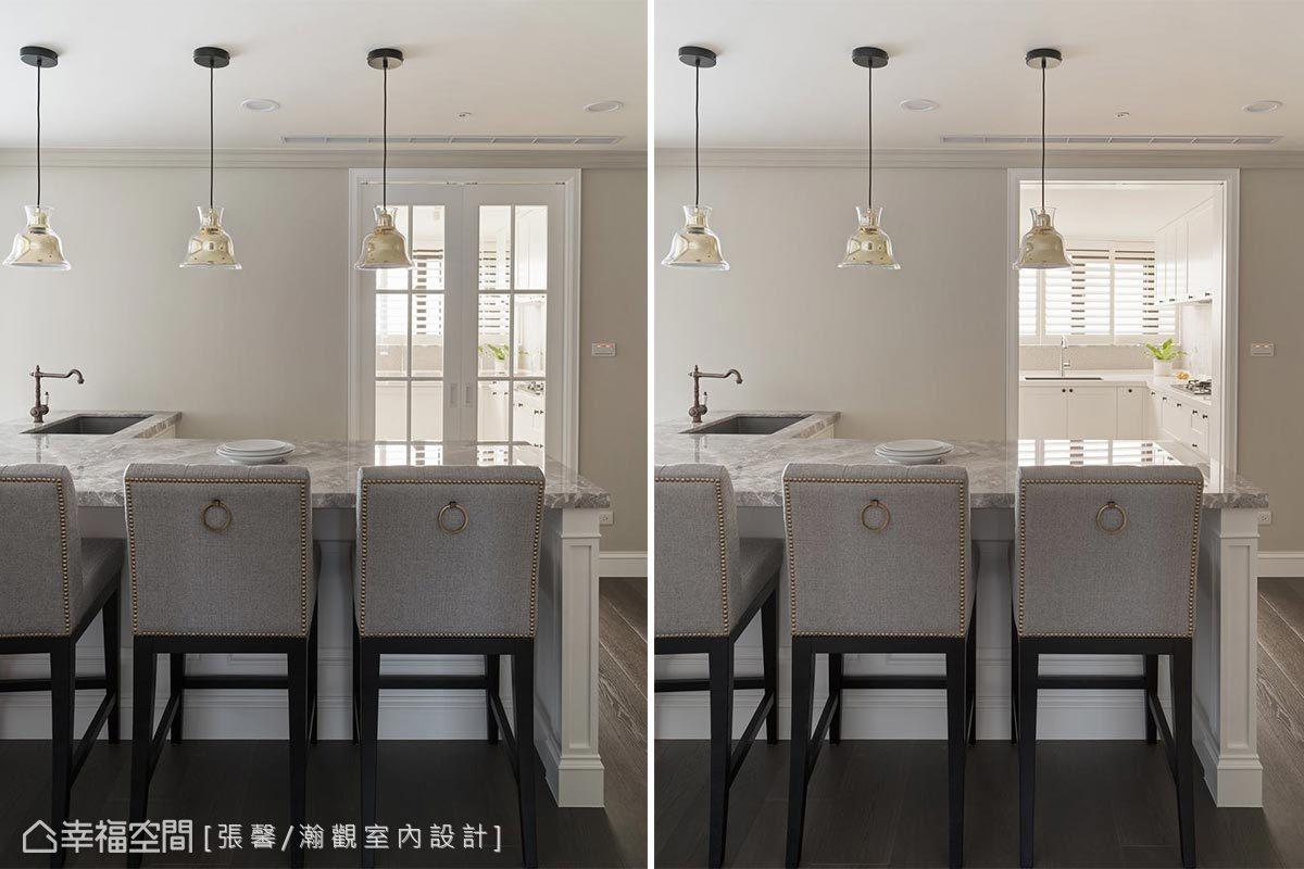 廚房入口配置了格狀玻璃拉門,光線可以進來保持穿透感,高雅的餐椅與餐吊燈圍塑出慵懶而放鬆的用餐氛圍。