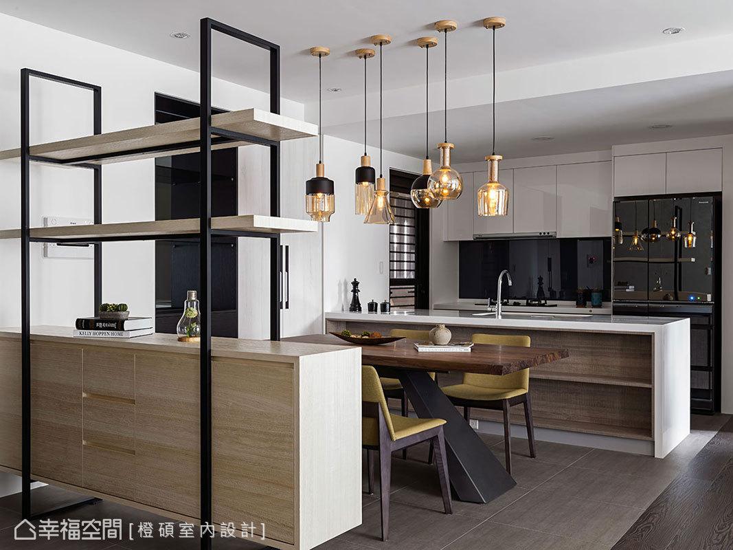 新增中島吧檯創造出多功能早餐吧,與餐廳形成餐廚合一的配置設計;餐桌與中島帶來平行配置,拉寬空間橫向尺度。