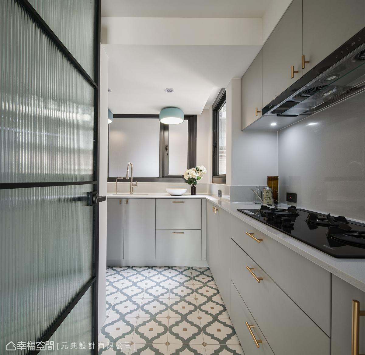 廚房的地坪以花磚鋪陳,廚房空間多了點繽紛的花漾美感,讓人眼睛為之一亮。