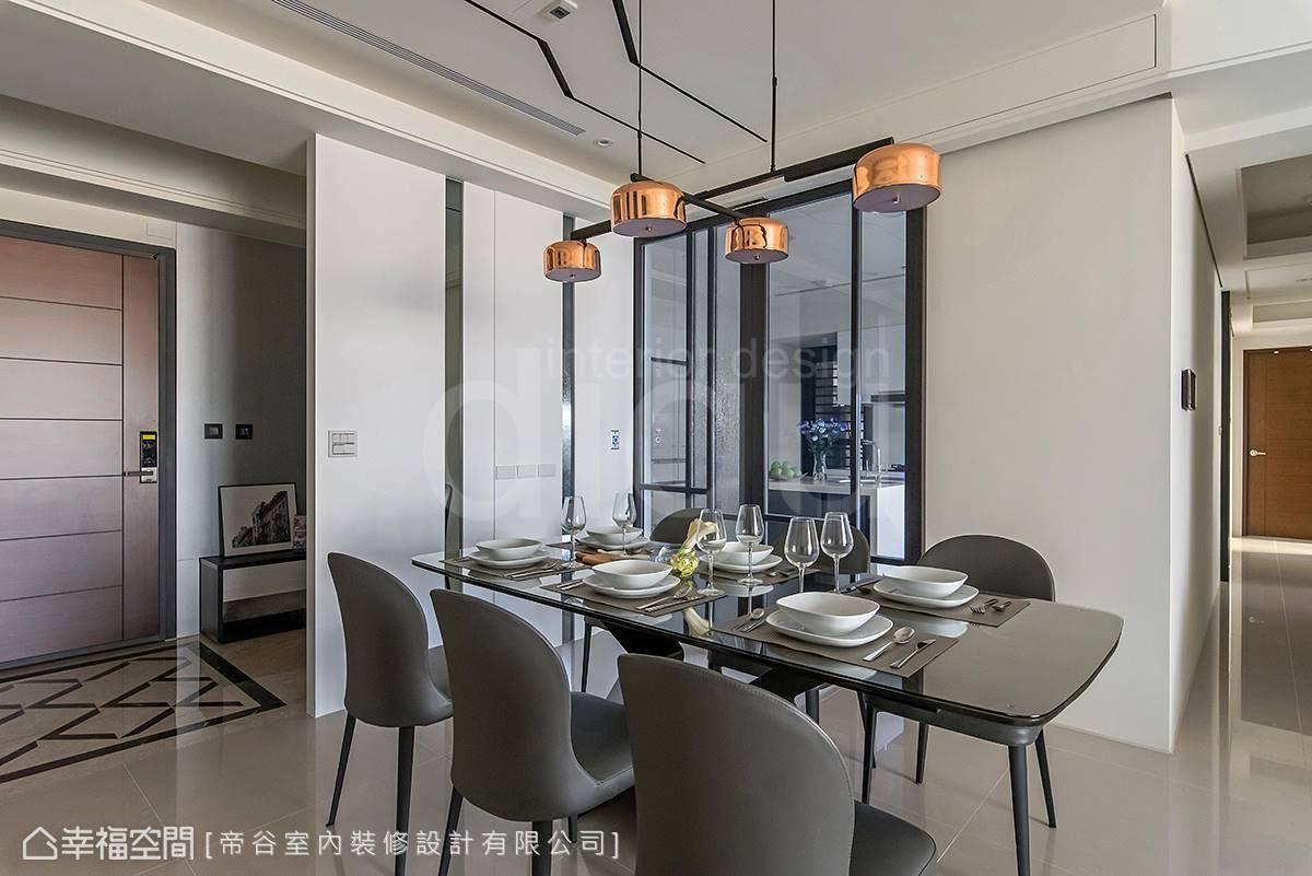 帝谷設計團隊透過客變定義出獨立玄關,一旁的客廳則巧妙運用天花板線條增添變化性,為空間畫龍點睛。
