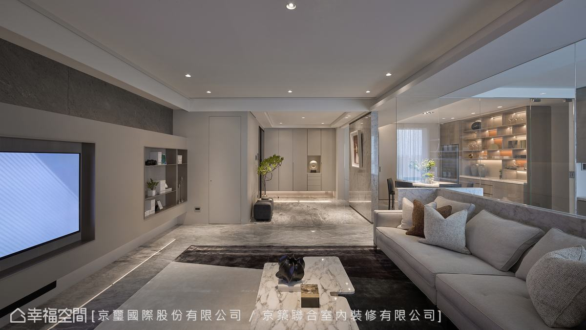 公共區域以白色為主色調,僅放置簡單家具維持開闊無拘束的舒適感。