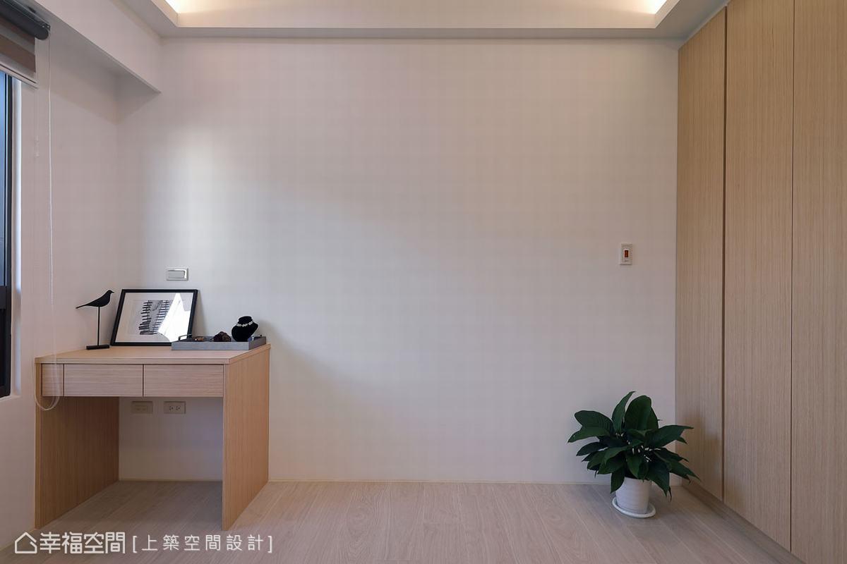 化繁為簡的臥室設計,在有限的空間中以簡練的設計線條勾勒,白色與淺色木質交織出無壓的舒眠空間。