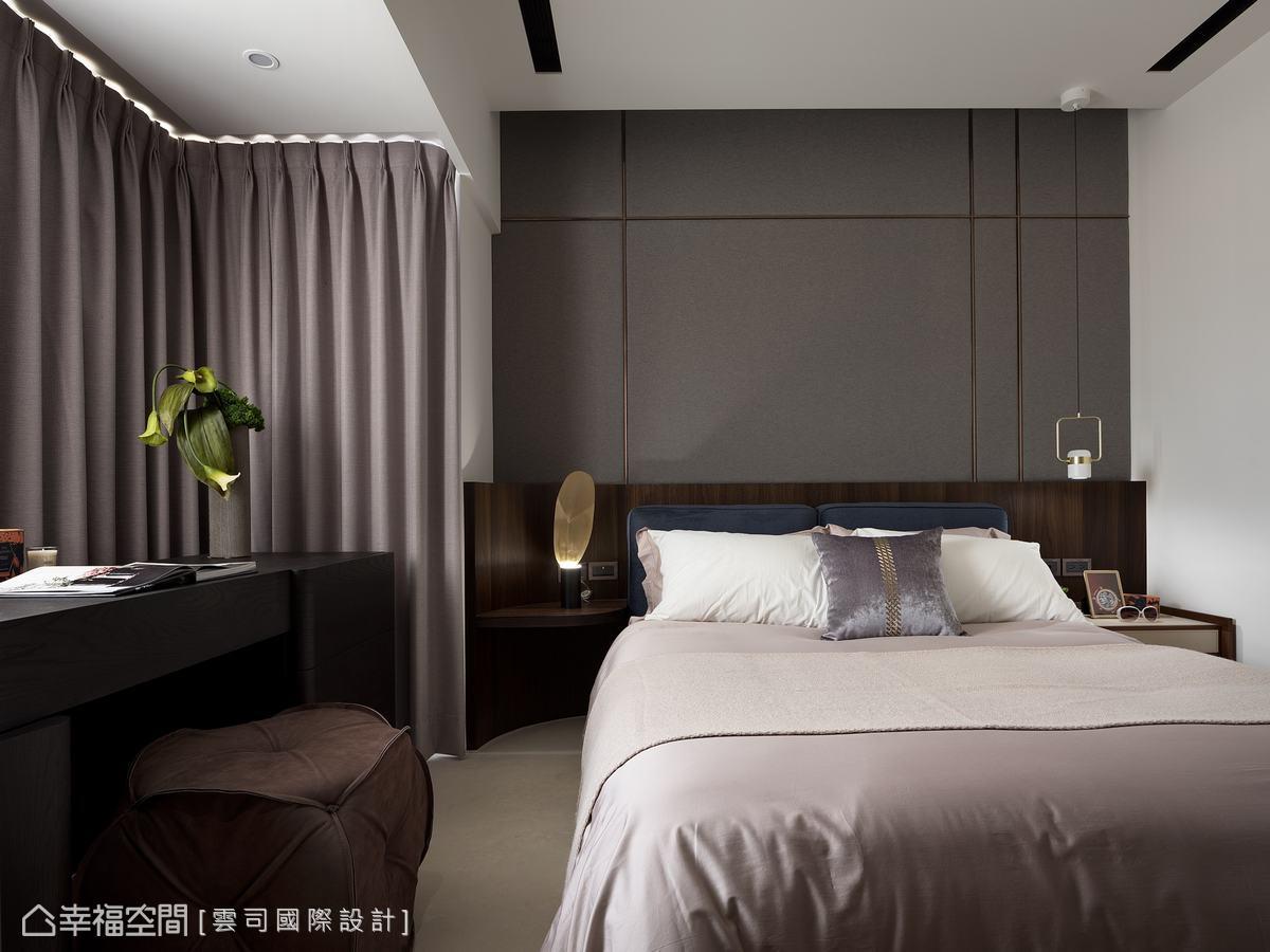 牆面以簡單的金色線條營造大氣的奢華感,圓弧造型的床頭設計增添主臥的質感。