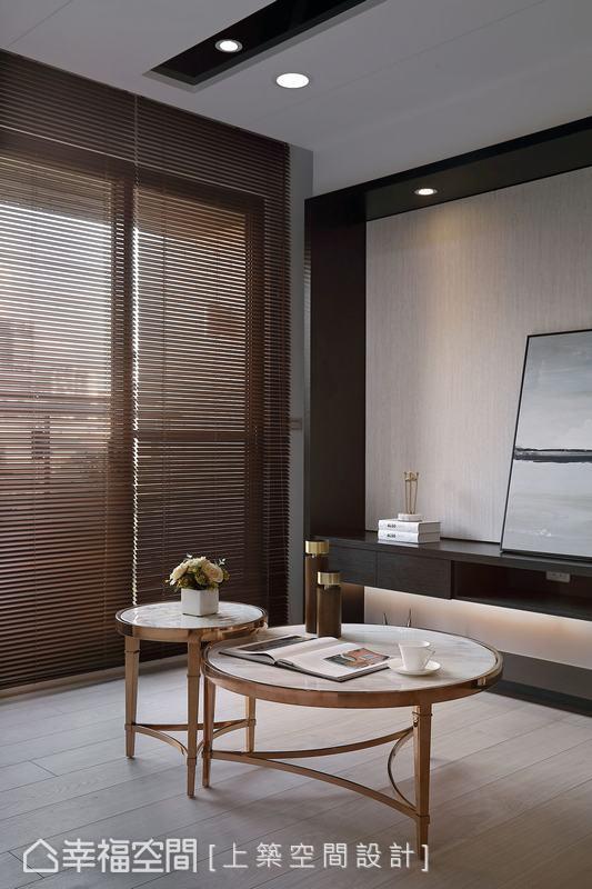 以「美」為最主要要求的屋主,選以一般人較少採用的「木百葉」,大片落地窗引進陽光錯落透室內,交織出美感生活。