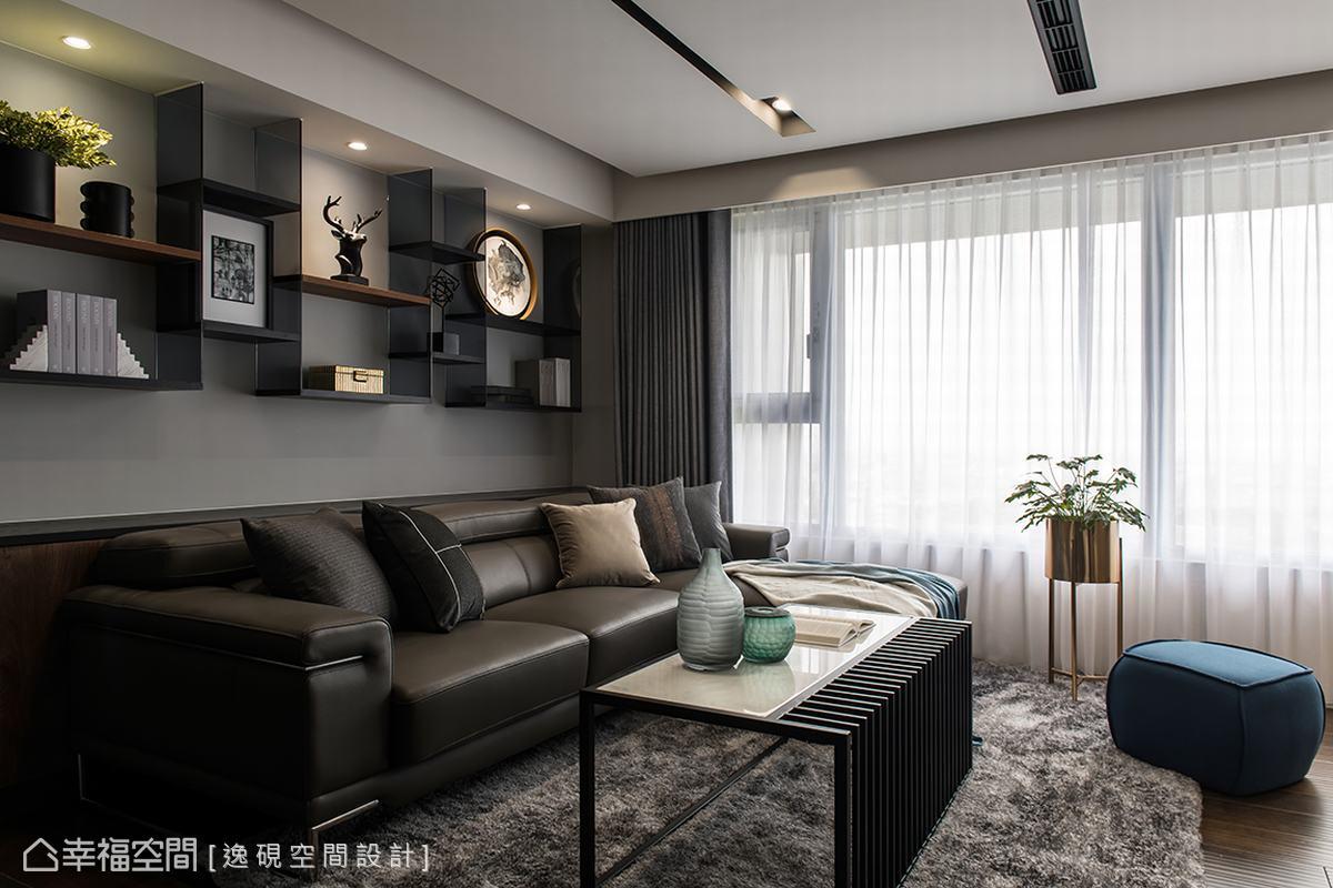 以洗鍊線條勾畫出公領域的沉穩又時尚的設計感,訂製的桌几與電視主牆互相輝映,舒適的大沙發,則為冷調的現代空間中,注入家的溫暖體感。
