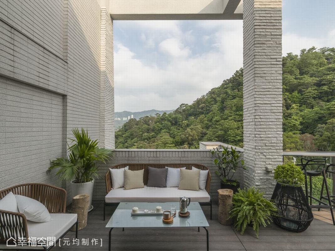 馬愷君設計師在工作室外設計大片山景露臺,除了能飽覽戶外蒼翠美景,南洋風格家具也增添度假情調,讓工作之餘也能盡情紓壓。