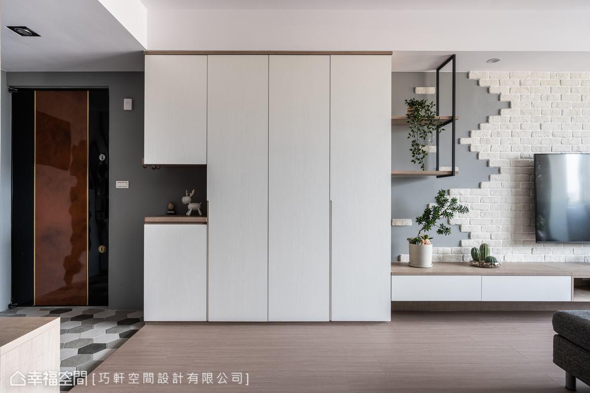 低彩度的六角花磚呈現質樸風情,白色清新感大面收納櫃完善日常生活機能。