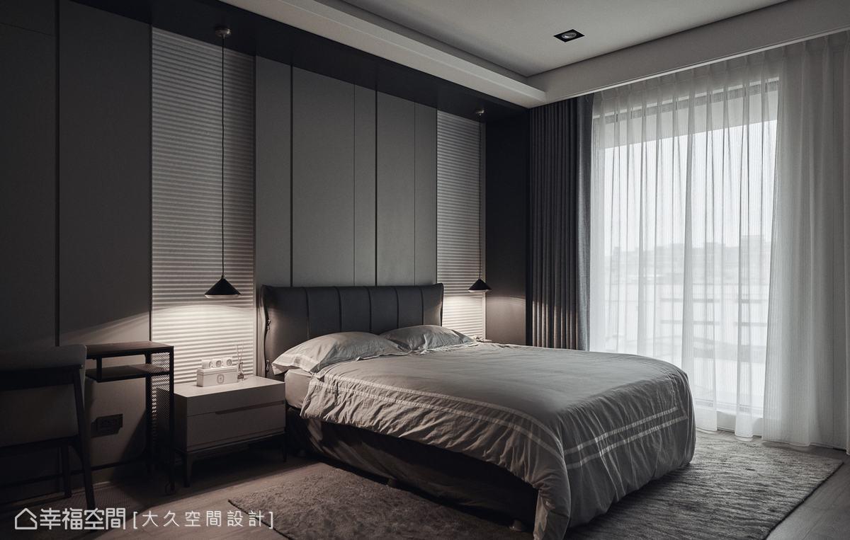 臥房延續公領域的色調,床頭設置百葉窗簾,既能保有採光,亦能同時兼具隱蔽性。