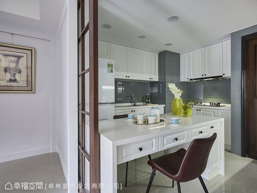 林繹寬設計師以木質且多收納的桌面取代冰冷中島,讓用餐的家人能在此共享親密的輕食時光。