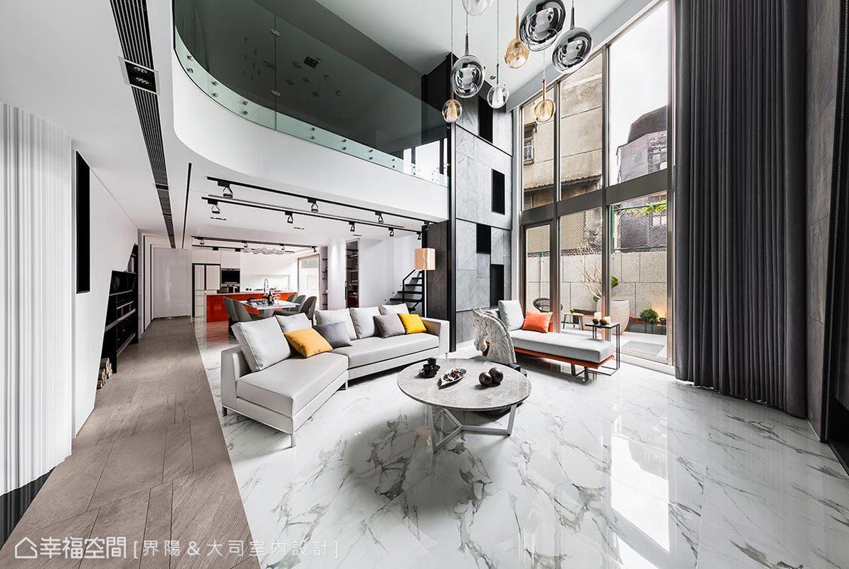 不同高度的傢俱、吊燈、玻璃圍欄,再對應至全然延伸的落地窗,形成高低錯落層次,也衝撞出空間的縱向氣勢。