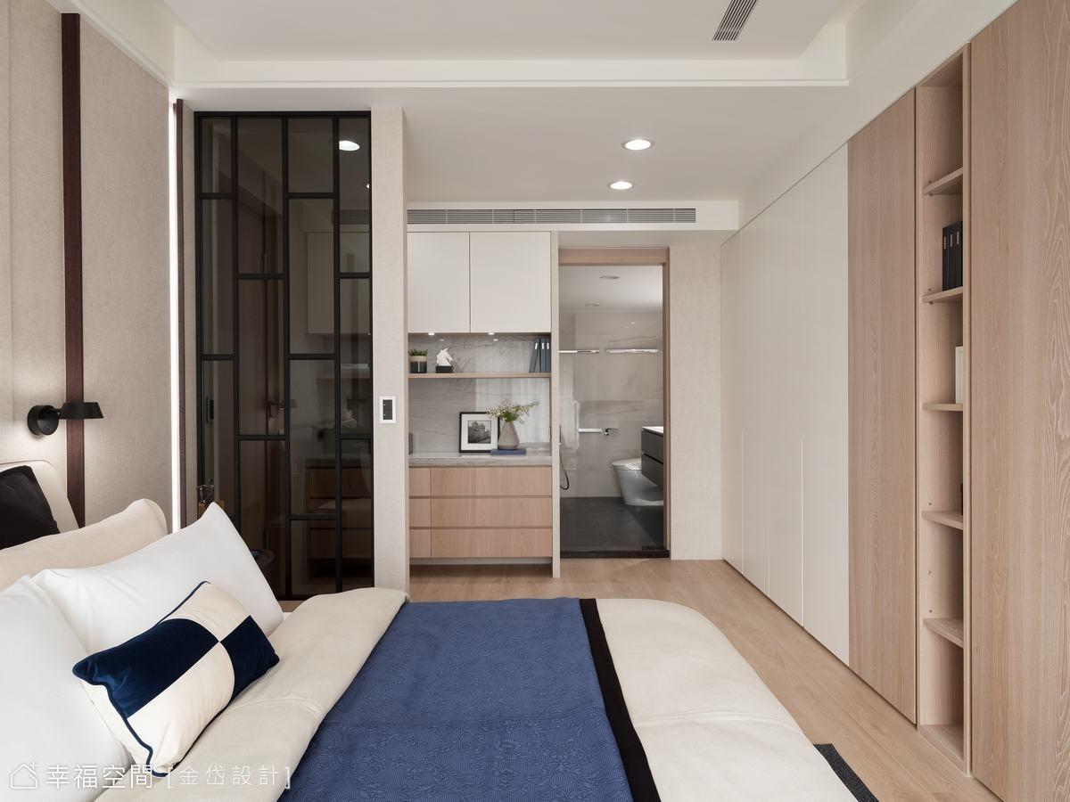 原臥室格局為一進門直接對到床,較無隱私,因此陳美貴與王慧婷設計師挪移床頭位置並增設鐵件玻璃小隔屏,給夫妻倆滿滿的安全感。