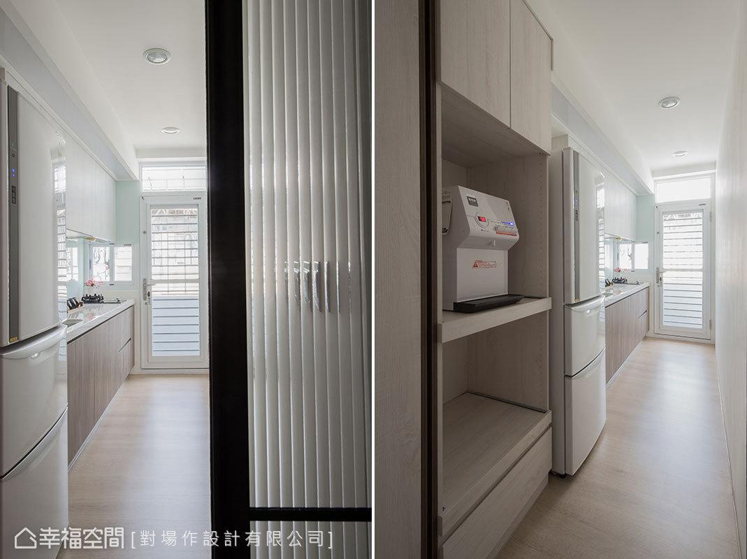 廚房深度增加後,電器櫃得以順利進駐,還加裝玻璃拉門,讓光線穿透又隔絕油煙。