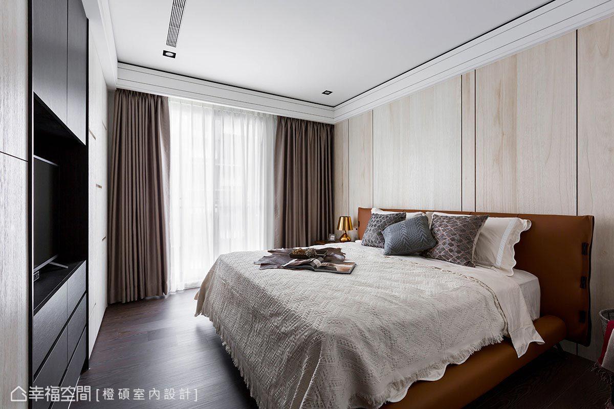 橙碩室內設計利用木皮修飾床頭牆,結合溝縫手法拉出直線條,增加垂直視覺高度。