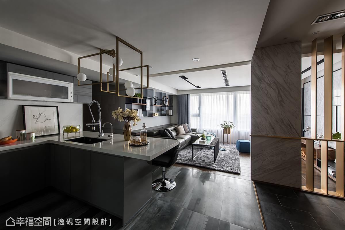 將廚房改為開放式設計,讓整個公共空間的視野豁然開朗,大尺度的窗戶,引進大片日光,開闊設計讓光線可以恣意流暢,以不同地坪材質巧妙劃分場域。