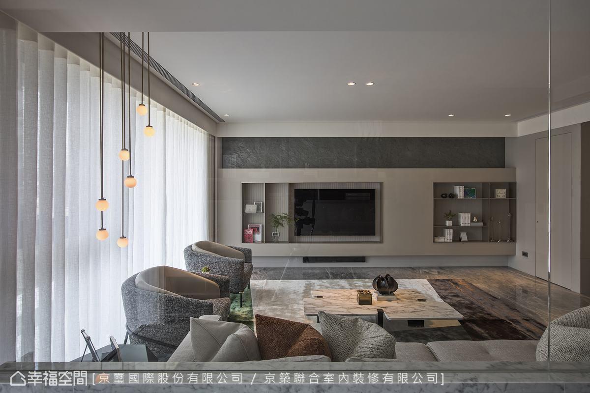 裝設垂直簾篩入柔和日光,自主調整光線入射角度。