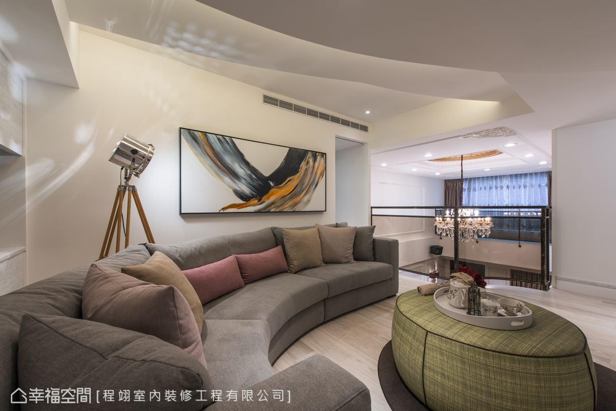 二樓規劃了一個全家人談心看電視的起居空間,休閒放鬆的風格調性,天花因為高度比較低,設計師利用花瓣的弧線造型、漸層堆疊的方式,讓天花富有多樣化的層次感。