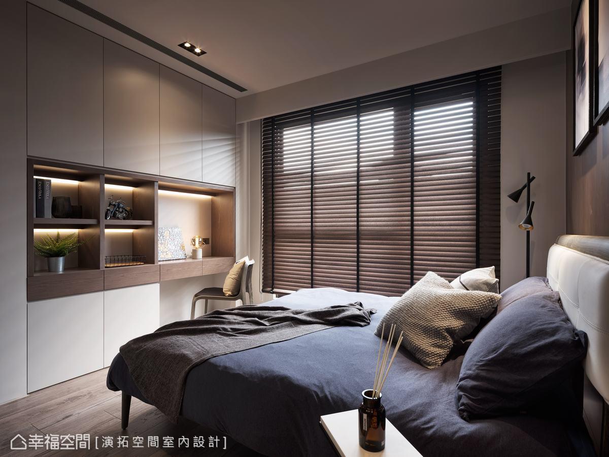 床尾結合櫃體及桌面強化機能性,同時滿足閱讀、工作、陳列、收納等多元需求。